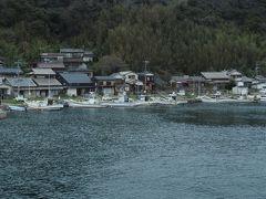 相島(あいのしま)へはもうすぐ。  静かな入り江には たくさんの漁船が係留されています。
