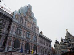 市庁舎は工事中だったため、市庁舎が描かれたシートで覆われていました。