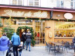 ブリュッセルに戻る前に、まだ食べていなかったベルギーワッフルを食べることにしました。