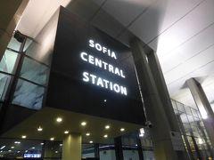 カザンラクから列車に乗って、ソフィアに到着したのは夜21:40。 この日は長時間冷房のない列車に乗ったり、暑い中をたくさん歩いたりしたせいなのか、到着したときにはかなり体調が悪くなっていました。