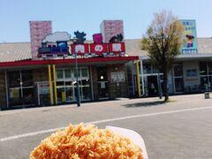 イケメン添乗員さんに「蕎麦はまぁ普通、イチオシは韓国料理」と言われ、混雑が集中しそうで、あまりお腹も空いていませんでしたので、「肉の駅」で揚げ立てメンチカツをいただきました。  うま~~~っっっ 熱々ジューシーなメンチカツは、衣サクサクッ、肉汁ブワっと、火傷にご注意!