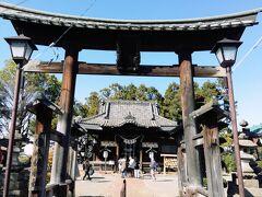 次の神社へ到着。 今回のツアーのメインです。  「世良田八坂神社」は、876年創建とされる伝統ある神社。 厄除け、方位除けの神様として信仰を集めています。  屋根が設置された鳥居が珍しい。