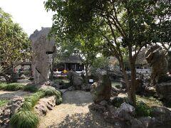 タクシーでホテルまで戻ってきました。ホテル近くに、世界遺産ではないものの、怡園という蘇州庭園があったので最後に訪れることにしました。1人15元(262円)の入場料。