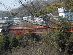 山門を出ると大門池にかかる赤い開運橋が見えます。
