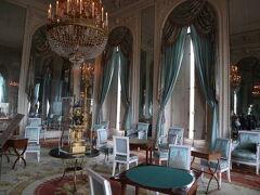 こちらはグラントリアノン。 豪華絢爛です。  調度品はナポレオンが使っていた時代のものらしいですが。