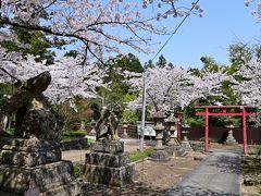 ●城山稲荷神社  そのまま道なりに進み、無数のきつねの像で有名な「城山稲荷神社」の前を通っていきます。