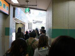 仕事モードは終わり! 昼すぎに大阪駅に戻り相方と合流~。  たこ焼きを食べます! 「はなだこ」さん!  すごい行列でした。 昔買ったときは並ばなかったのに(;.;)