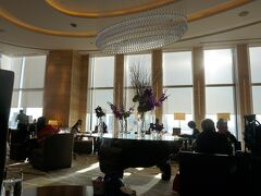 17時になりホテル20階(フロント階)の ラウンジ3-60(スリーシクスティ)さんへ!  ストロベリー&抹茶アフタヌーンティーをいただきます! 1人4000円です。  写真は席から撮ったもの。逆光~! なのでまぶしかった!