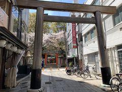 お店から徒歩1分もかからず生田神社に到着。 正面ではなくこちらは裏側ですが、こちらにもちゃんと鳥居があります。