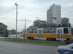 イスタンブールから来た列車は2時間遅れてソフィアに到着。立派な駅前にはトラムが走る。