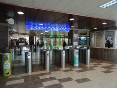 ソフィアには近年、地下鉄が開通している、改札は近代的