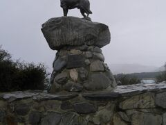 教会のすぐ隣、バウンダリー犬の像。 開拓時代に柵のない境界線(バウンダリー)を守って活躍した牧羊犬の功績を称えて作られたものです。