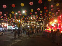 帰りは松山駅から。 ちょうどRaohe Night Market を通ります。 提灯が綺麗です。目の前にお寺がありそこの飾りの様です。  松山駅はMRTでも薹鐡の松山駅でもどちらでも台北駅へ帰れます。
