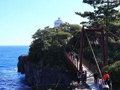 スリリングな吊り橋 海面までの高さは約23m!  今回クッシーたちは桜も見たかったので、城ヶ崎海岸駅から門脇灯台、吊り橋というルートで歩きUターンしましたが、富戸から海岸沿いの遊歩道「ピクニカルコース」を歩くのもおすすめです。