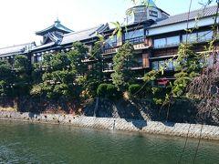 この歴史を感じさせる建物は「東海館」 昭和初期の建築様式がそのまま残る木造3階建の温泉旅館でしたが、平成9年に廃館。その後は伊東市に寄贈され、貴重な木造建築を後世に伝えるために保存されています。 https://itospa.com/history_culture/tokaikan/