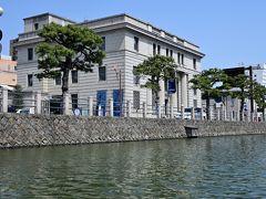 松江城を囲む外堀へと出て、しばらく東進していくと、旧日本銀行松江支店の建物を活用したというレトロな雰囲気の「カラコロ工房」が見えてきます。  こちらには各種ショップや和菓子・アート・アクセサリー造りを体験できる教室もあるそうです。