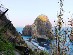 西伊豆の雲見という土地。 観光地としての知名度はそんなに高くは無いのだが、この場所には日本の中でも非常にレアな自然の造形が存在する。  その場所までは宿からは歩いて15分ほどとそんなに遠くはないのだが、容易い道ではなく、小さな山を一つ越え海岸線へとでると、見えてきたのがこの光景。