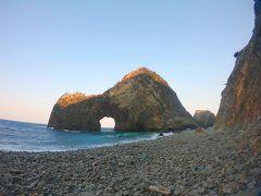 雲見海岸にあるこの不思議な形の岩の名は、千貫門(せんがんもん)で、この形からつけられたあだ名が【海の鳥居】。  写真では分かりにくいのだが千貫門岩の背後には大きな岩山があり、その岩山の山頂には浅間(せんげん)神社がある。  海から神社を眺めると、この千貫門の岩が神の通り道である鳥居に見えるそうだ。