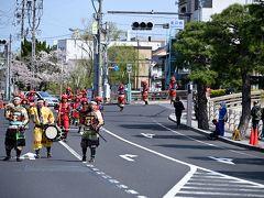 ●松江武者行列  で、しょうがないので駅まで歩くことにしました(^_^;) 「松江城」から「松江駅」までおよそ2キロと、まあ歩けない距離ではありません。  駅へと向かう途中、甲冑を身にまとった集団の行列が! 偶然の遭遇だったんですが、この日は「松江武者行列 2019」の開催日で、このために交通規制してたんですね。。。