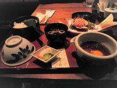 松山空港に到着して、空港内の「かどや」で食事を取ります。 空港価格のためかちょっと高めに感じましたが… 「かどや」といえば、宇和島の有名なお店。今回は松山のみなので、ここで宇和島グルメを楽しみます。 私は「鯛めし」(1,500円)をたのみました。(ちょっと暗い写真ですいません)