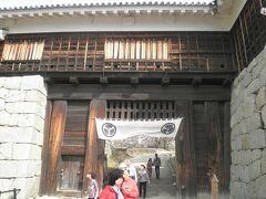 続いて第二の門は「筒井門」です。 前の戸無門がオープンなので、ここが実質的に本丸への入口となります。  筒井門の前にはベンチがあって、松山市街が眺められます。 ここで一休み。