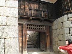 「筒井門」に連続してその奥に「隠門」があります。 敵が押し寄せたときに、背後(側面)から急襲するのだとか… 松山城を築城したのは、秀吉の部下であった加藤嘉明。戦国期の実践的な感覚が息づいています。