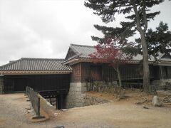 「隠門続櫓」です。筒井門から続いて櫓が設けられ、松山城の防御の要点だったことがわかります。  ここにもベンチがあって、一休みできて市街が眺められます。