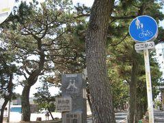 舞坂宿から新居宿へと向かいたいので、車をJR新居駅近くのコインパーキングにとめ、新居駅から舞阪駅へJRで移動。そこから散策開始です。  駅から南へ進むとすぐ東海道松並木です。 江戸幕府が慶長9年に街道の両側に松や杉を植えさせたことに始まります。正徳2年には見附石垣から村境まで、道の両側の堤に1420本の松が植えられていました。現在、340本。約700mにわたって松並木が続いています。