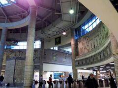 マルマライ(トルコ鉄道の近郊列車)の駅と接続しているのでそちらも覗いてみる。マルマライはボスポラス海峡を海底トンネルで通過する。建設時に遺跡が出て来たらしく駅のデザインも古代ロマンにあふれている。