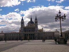 王宮の反対側のアルムデナ大聖堂にも行きました。