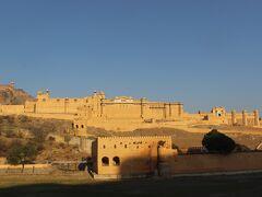 ジャイプ―ルに1泊したあと、翌日3月1日はまず市街地から10キロほど離れたアンベール城へ。   ここはアンベール藩王国のもともとのお城があったところです。  1727年にジャイ・シングという藩王が自分の名前の町(イスラム語で「プール」は街。つまりジャイの街=ジャイプール)のシテイ・パレスに居城を移すまで使われていた城です。  保存状態、城の装飾が良くここも世界遺産に指定されています。