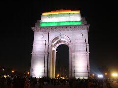 インド門はライトアップされていて、たくさんの人が来ていました。