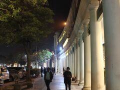 イギリス植民地時代からの街、コンノートプレイス。  ヨーロッパ風の建物が健在で、今では高級商店街、飲食店街となっています。
