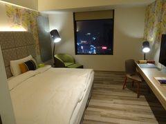本日のホテルはチャムチャムタイペイ、台北市の隣の新北市にあります。台北~板橋は地下鉄で約15分、ホテルは駅から5分程度です。部屋はともかくオシャレで、日本のビジネスホテル相当のアメニティがあり、スリッパまであって素晴らしいです。