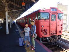 天神バスターミナルから1時間半で下関に到着。バスの乗客は、ほとんどが外国人観光客。韓国語と中国語が聞こえました。  終点ひとつ前の「唐戸」で下車、10分ほど歩いたところにある本日の宿「uzuhouse」に荷物を置かせてもらいました。下関付近にはきれいな海水浴場があると情報を得ていたのですが、宿の人にアクセスが簡単できれいな海水浴場を聞いてみました。安岡海水浴場というところが近くてきれいだということで早速水着をもって出発!  唐戸から下関までバス10分(大人230円、こども50円)、JRに乗り換え30分(大人200円、子ども100円)で安岡駅に到着。