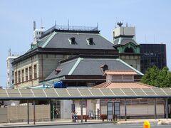 お腹もいっぱいになったので、少し門司を歩いて観光します。 門司港駅。改修工事中で、中には入れませんでした。