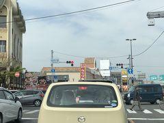国道大路の交差点はいつも混雑しています…。