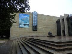 ■□■□8/9(木)4日目 □■□■ミュンヘン ■□■□ノイエ・ピコナテーク  14年ぶり…なんですよ。 14年前は午前中の3時間ほどで、ノイエとアルテの2つの美術館を駆け足で廻ったので正直覚えていないことも多々ありました。 で、今回は1日かけるつもりでゆっくり2つの美術館を巡ります!  それじゃ、ノイエ・ピコナテークから攻めちゃうYO。 頑張っちゃうZO~! エイ・エイ・オッ~~~<(`^´)>