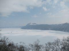 3日目の観光スポット1箇所目、阿寒摩周国立公園摩周湖。 大きな神渡が見られた。