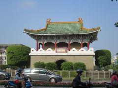 目的地ではありませんが、途中、史跡的なものがあったのでとりあえずパチリ。 あとから調べたら、台北府城門というようです。