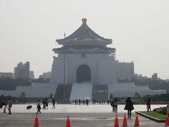 遠くには中正紀念堂も。 平日のこの時間は人が少なめですね。 観光するならこの時間帯が良いかも。