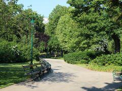 その川の向こうは市立公園。 せっかくなので、朝のお散歩をしましょう。  数年前、ウィーンに着た時、この市立公園に行こうと思ってトラムに乗ったら、全く違う公園に行ってしまったんだっけ(^_^;)  トラムを乗った場所から市立公園は徒歩圏内だったのに、何を見間違えたのかな~。 場所が分からなくなって、公園の中で迷子になりました。  だって、市立公園だと思って歩いていたんですから(笑) その頃はGoogl Mapのオフライン機能なんてなかったですからね。  ほんと、便利な世の中になったものです。