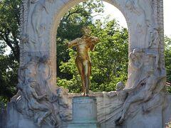 そして、その近くにあるのが黄金に輝くヨハン・シュトラウス像。  これが見たかったのよね~♪  とは言え、クラシックはあまり詳しくないのですが(^_^;)  残念ながら、この時間は逆光...。