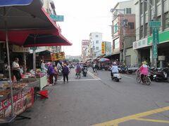 フエリ-駅のすぐそばには、地元の方が利用する旗津市場(写真左側)があり、さらに廟前路を約150m進むと朝は営業していませんがロ-カルな海鮮レストランが並ぶ「海鮮街」になります。その先250m先が有名な「旗后観光市場」になり、8:20に到着。たた旗后観光市場は広いためカラスミをさがしていたら、予定(MRT左営駅に9:45分)の時間までに間に合わなくなる可能性があるので、すぐにUタ-ン。来る途中に見かけた旗津市場のカラスミ店でカラスミを買ってフェリ-乗り場に直行。どうにか9:35にMRT左営駅に到着し、荷物をコインロッカ-に預けバス停へ。