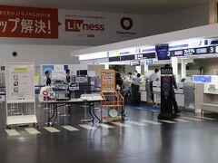 神戸空港カウンター。神戸空港はスカイマークが主体でANA便は少ないが、カウンターは独立している。プレミアムレーンはなし。 預ける手荷物はないので直接手荷物検査場へ向かう。