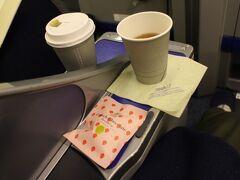 食後は紅茶をリクエストして終了。食事開始から約20分の贅沢。 伊丹、関西などフライト時間が短い路線で天候も悪い時などは、早食い競争みたいになってしまうこともあるが、この日は余裕があった。 一日の終わりはちょっとリッチに・・・  出発便も終わり、静かな羽田空港に到着。また次の機会を楽しみに。