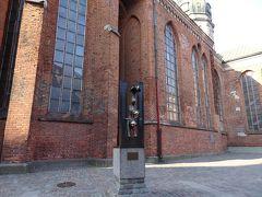 旧市街にある聖ペテロ教会の塔が10時にオープンするまで、写真スポットをうろうろして時間を潰すことにします。  まずは、聖ペテロ教会の裏にあるブレーメンの音楽隊の像から。 姉妹都市であるブレーメンから贈られたものです。