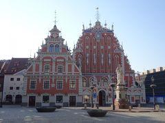 次に歩いてすぐの市庁舎広場へ。  市庁舎広場は、中世には市場が立ち、お祭りや市の条例の布告、魔女の火あぶりなどの刑罰も行われる中心地だったそうです。  ブラックヘッド会館や市庁舎があります。