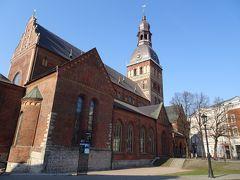 現存するバルト三国最古の建築のひとつ、リガ大聖堂の脇を通って・・・