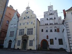 三人兄弟へ。 中世の住宅です。向かって右が最も古い建物で、15世紀のものです。  そのときの税制基準の違いの影響で、各建物の玄関や窓の大きさが変化しています。  真ん中の家は、建築博物館になっており、中に入れます。